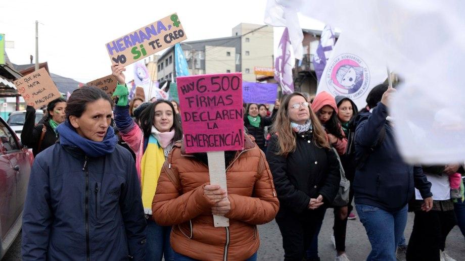 Ayer se realizó en Bariloche una nueva marcha con la consigna Ni una Menos contra la violencia machista. (Alfredo leiva)
