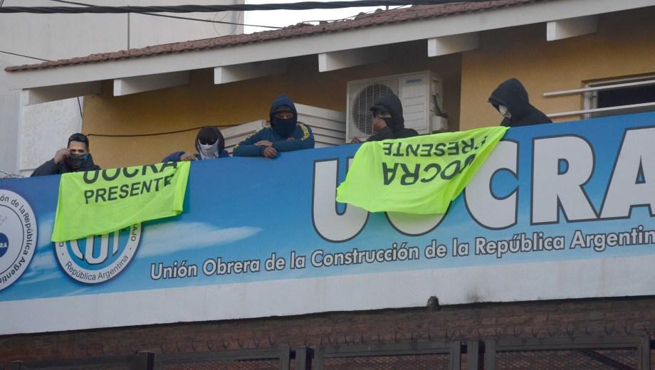 Los manifestantes cortaron la ruta para acompañar la toma de la sede en Neuquén Capital. (Foto: Archivo.-)