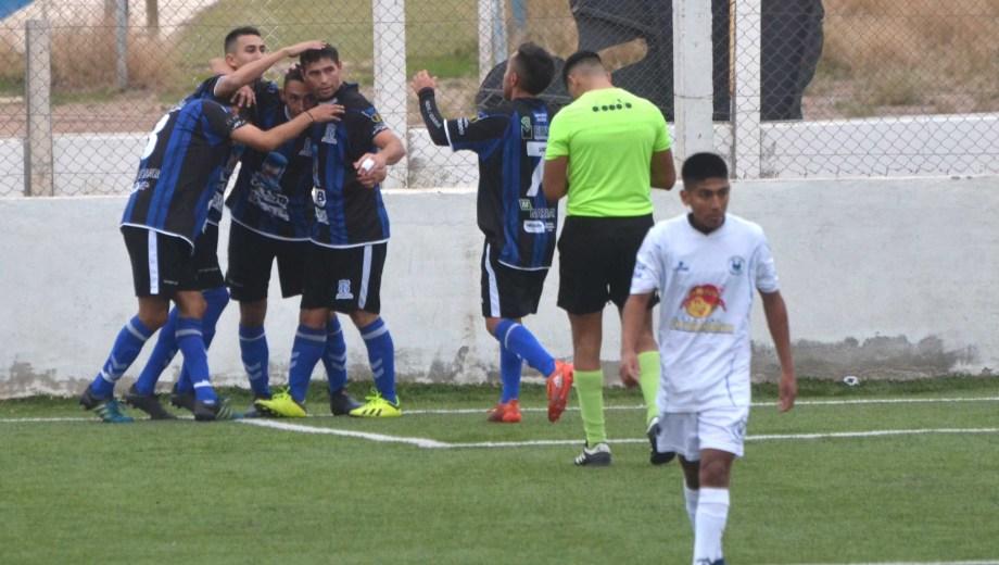 Todos corren a abrazar a Rueda, autor de los dos tantos con los que el León derrotó al Dino. (Foto: Yamil Regules)