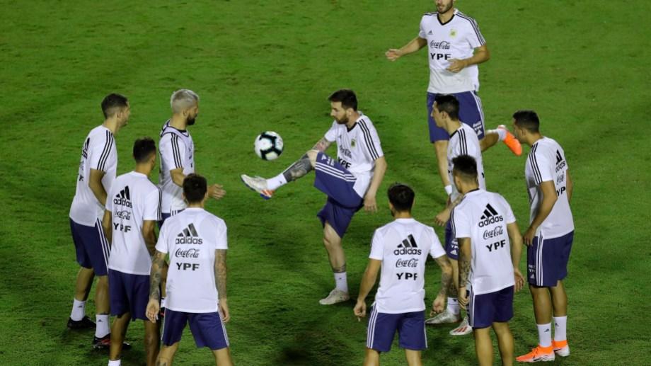 Lionel Messi domina el balón durante un entrenamiento de la selección con miras a la Copa América en Salvador, Brasil.  (Foto/ AP)