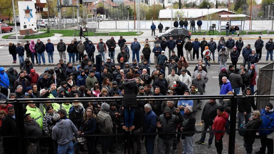 La entonces concejala dialoga con los manifestantes arriba de una valla.  Foto: Archivo Florencia Salto