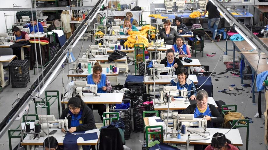 """Las obreras textiles conformaron la cooperativa """"Traful Newen"""". (Foto: Archivo Florencia Salto.-)"""