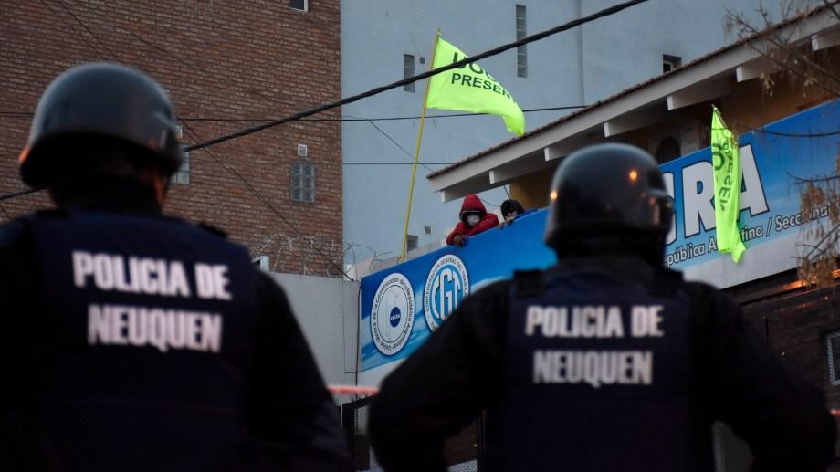 La sede de la Uocra en Neuquén capital continua tomada por quienes exigen que Carcar sea desplazado. (Archivo Florencia Salto.-)