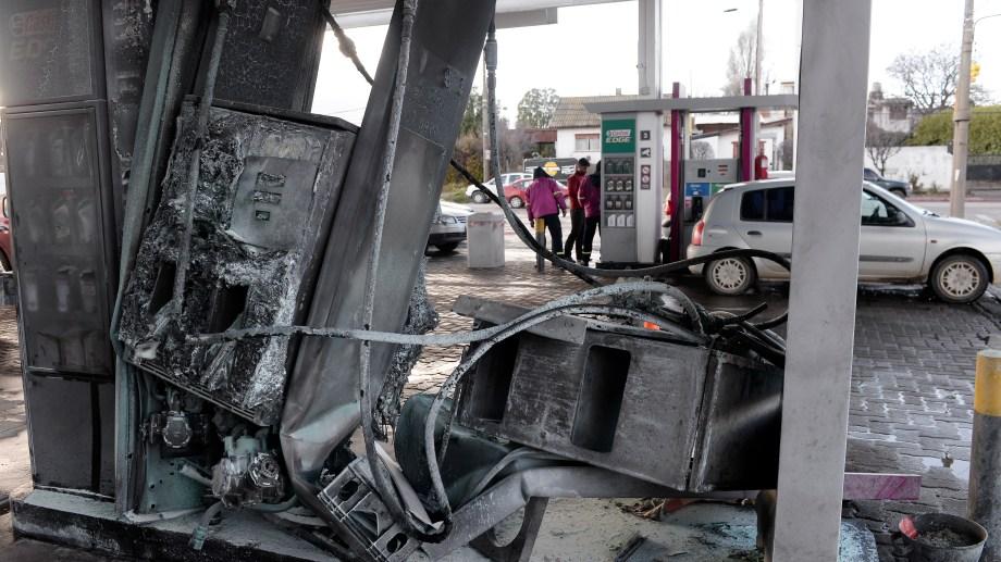 Un automóvil se incrustó en un surtidor de la calle Gallardo. (Foto: Alfredo Leiva)