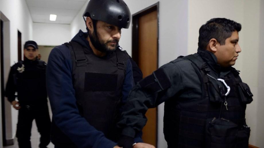 Mariano Cordi es trasladado esposado, tras la sentencia a prisión perpetua por el femicidio de Valeria Coppa. (Foto: Alfredo Leiva)