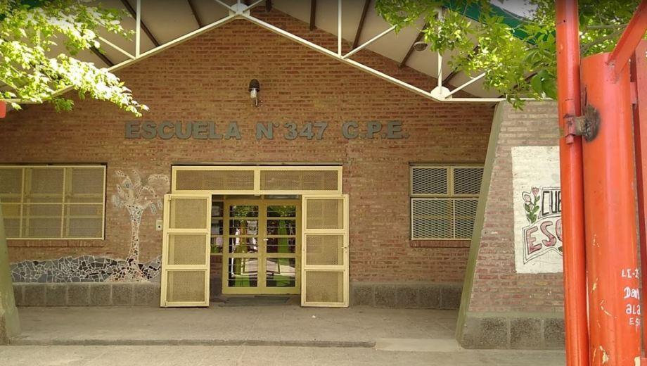 Según la denuncia, el profesor abusó de la niña en la Escuela 347. (Captura).-