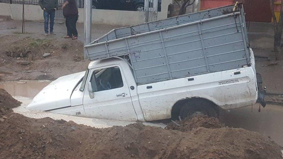 La parte delantera de la camioneta quedó sumergida en el pozo. (Gentileza @darortn).-