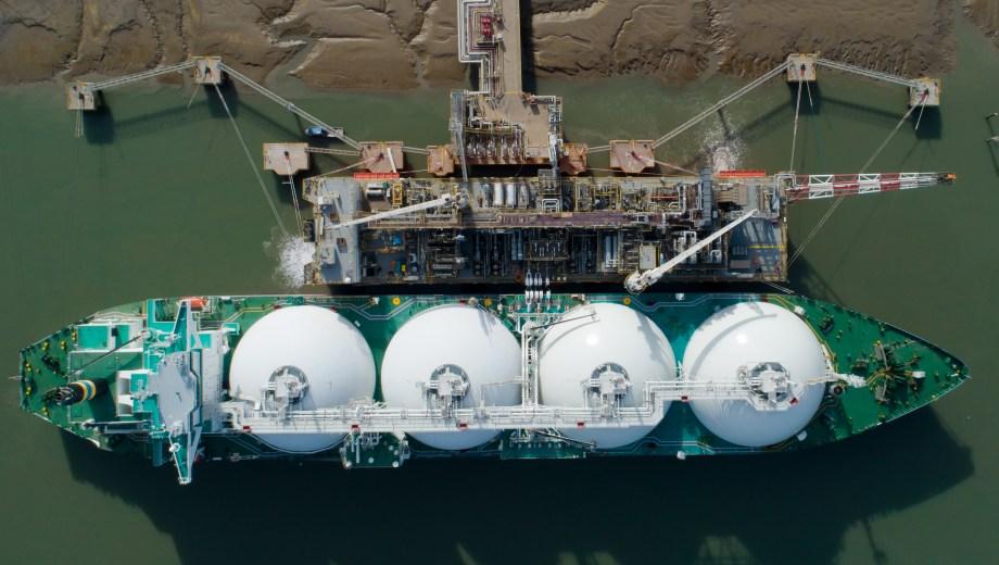 Carga completa. El buque llenó los zepelines anclada a la barcaza Tango de MEGA e YPF.