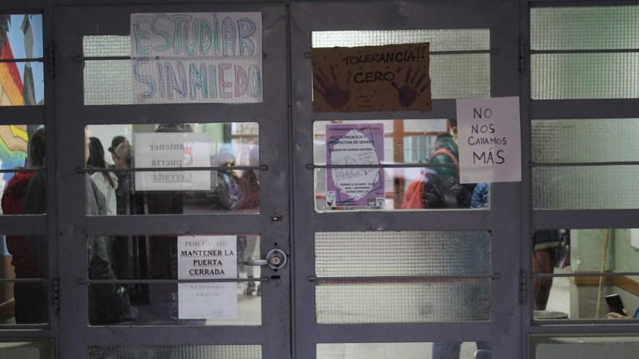 Ayer, el estudiantado del CPEM 50 realizó una sentada reclamando que los profesores acusados de abuso sean separados del cargo. (Gentileza Centenario Digital).-