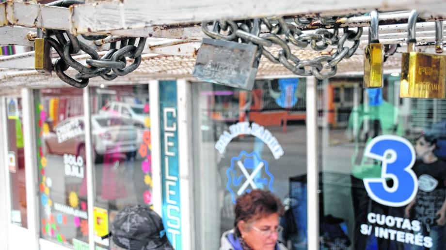 Con rejas, cadenas y candados, los comerciantes intentan proteger sus vidrieras por las noches. Foto: Mauro Pérez