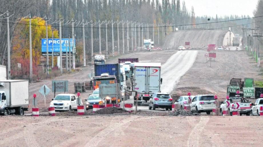 Los trabajos para construir 10 kilómetros de autopista se reactivaron en abril. Dos meses después hay incertidumbre sobre el ritmo para el segundo semestre. Foto Yamil Regules.
