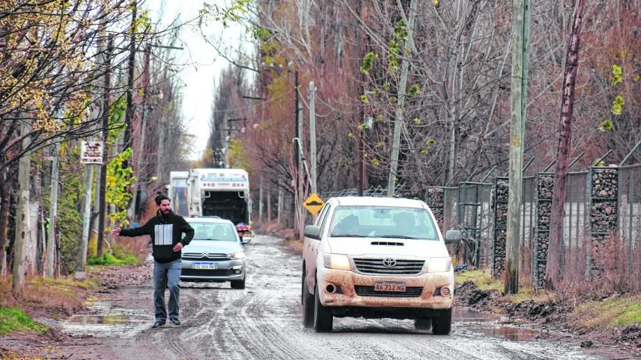 Los vecinos tienen que lidiar con las camionetas y la falta de veredas a lo largo de todo el trayecto. No faltan las discusiones. (Florencia Salto).-