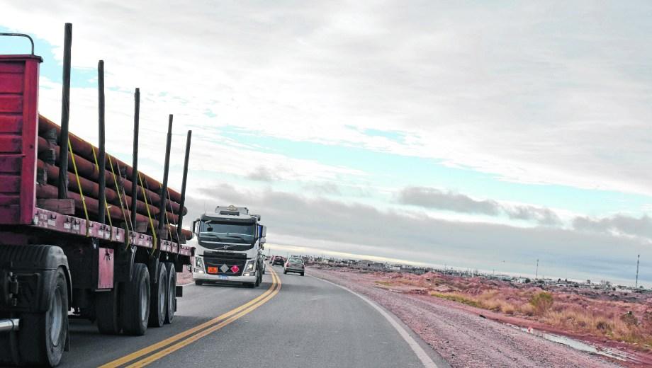 Camiones petroleros, una postal frecuente en las rutas. Foto: Florencia Salto