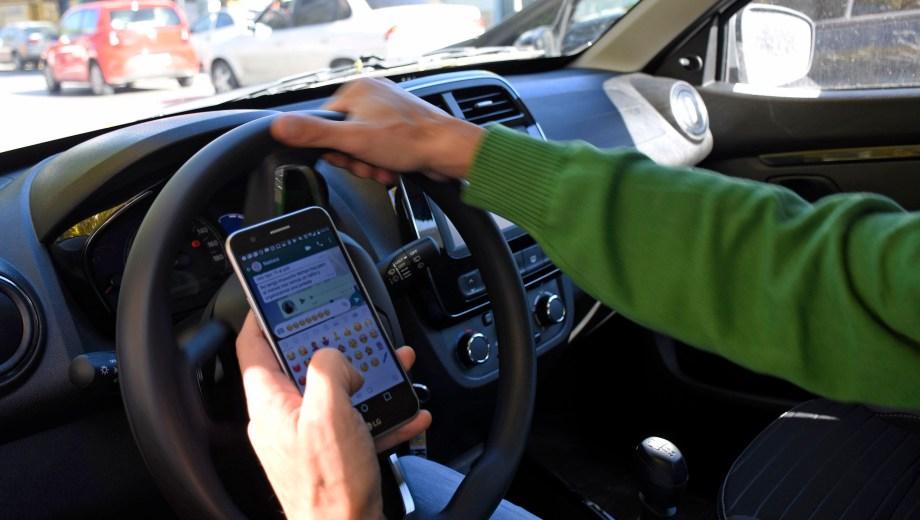 El uso del celular al volante. Un dispositivo que distrae pero que los conductores no están dispuestos a relegar.