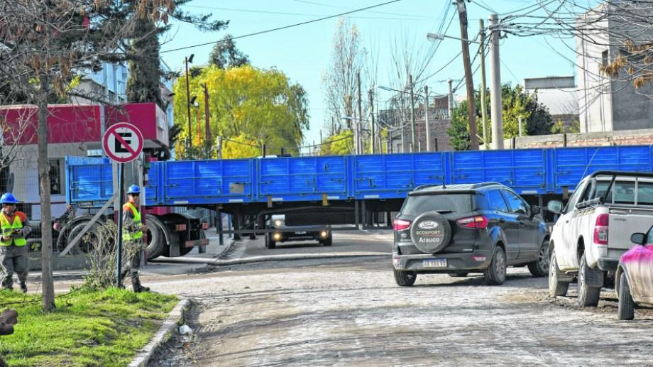 Estacionar, un dolor de cabeza.  La cantidad de vehículos particulares vinculados a la empresa petrolera genera problemas. (Foto: Florencia Salto)