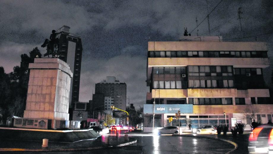El centro de la ciudad de Neuquén a oscuras y bajo una lluvia constante. La policía debió ordenar el tránsito. (Foto: Juan Thomes)