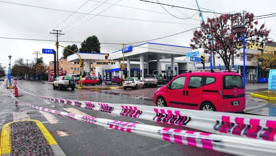 Congestión y corte de calle en el centro de Roca. En San Juan y Tucumán se interrumpió el tránsito para evitar problemas con los que iban a cargar combustible. (Andrés Maripe)