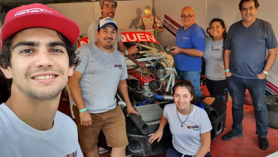 Camilo y su gente en el taller. El piloto no le escapa a la pista ni a su compromiso con la seguridad vial.