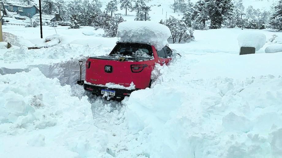 La acumulación de nieve complicó a los pobladores y los servicios básicos en algunas localidades, que debieron ser asistidos por la Provincia.  Foto: Gentileza