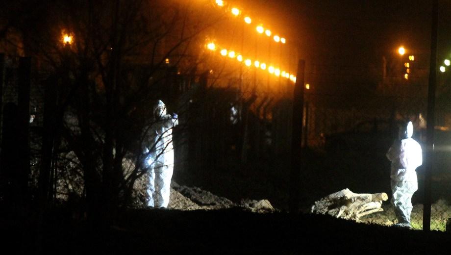 Los forenses realizando las pericias en el lugar. Foto: Oscar Livera