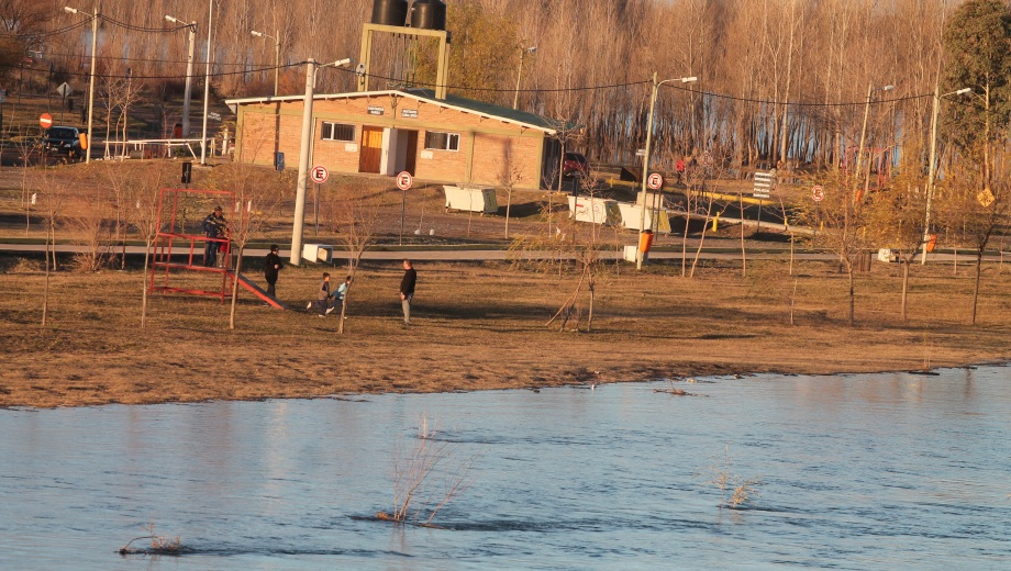 Vista del río Limay desde el balneario de Valentina Sur, frente al barrio Balsa Las Perlas. (foto Oscar Livera)