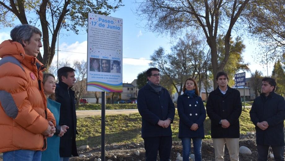 Inauguraron un cartel en homenaje a Diego Bonefoi, Sergio Cárdenas y Nicolás Carrasco. Foto: gentileza