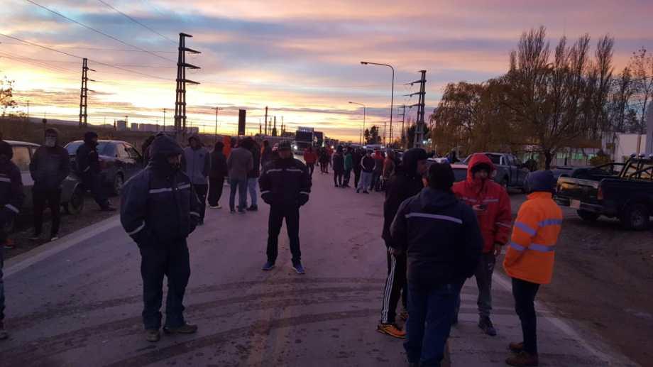 Los despedidos cortan la Ruta 22, en inmediaciones de Challacó. (Foto: Andrea Vázquez)