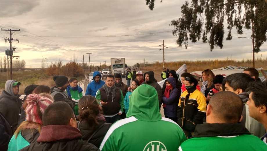Los trabajadores definieron levantar el corte de la Ruta 7 al mediodía, porque fueron convocados por la ministra. (Gentileza).-