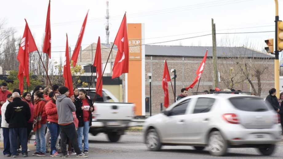 Minutos antes de las 11, los integrantes del MTD comenzaron a repartir volantes frente a la terminal de Plottier. (Florencia Salto).-