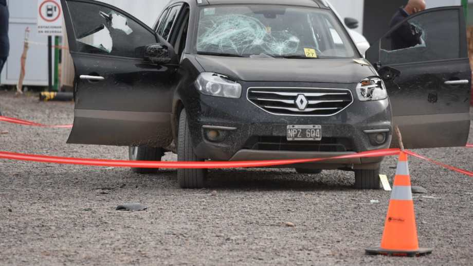 El auto y los camiones que se encontraban en el yacimiento fueron dañados por los disparos. (Juan Thomes).-