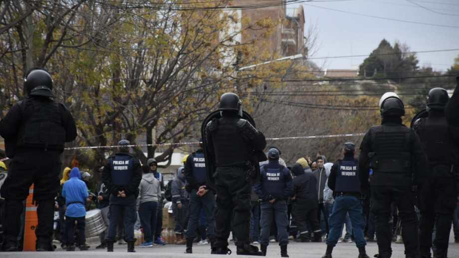 La presencia policial se multiplicó con el paso de las horas, pero hasta pasadas las 18 no había orden de desalojo. Foto: Florencia Salto.