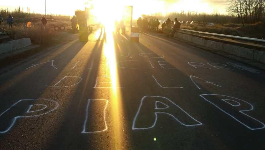 Los trabajadores de la PIAP cortaron la Ruta 22 ayer y antes de ayer, reclamando que les paguen los salarios adeudados de mayo. (Gentileza).-