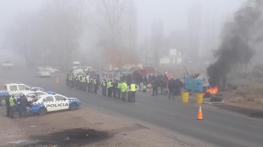 Por la presencia policial, los trabajadores no pudieron cortar la Ruta 22 como ocurrió estos últimos días. (Mauro Pérez).-