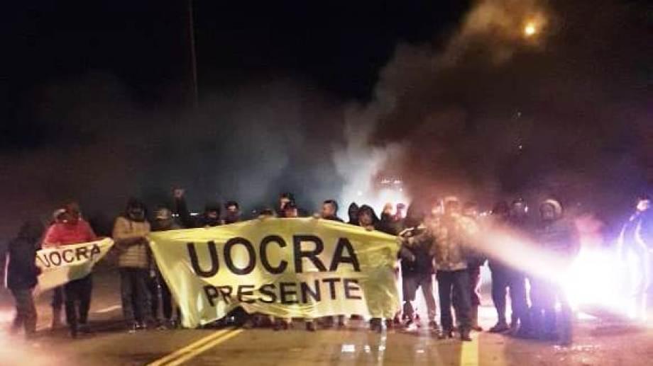 Al igual que el miércoles, los integrantes de Uocra cortaron las rutas reclamando que Víctor Carcar sea desplazado de la conducción. (Gentileza).-