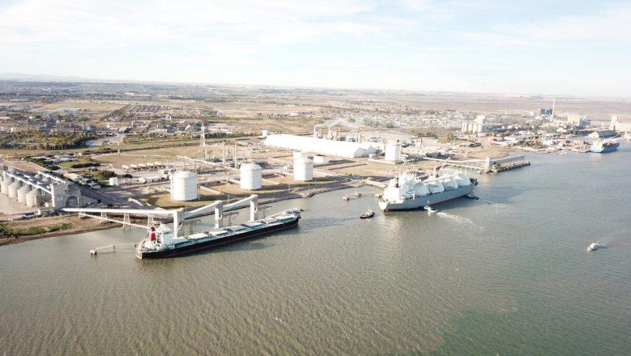 El proceso de carga se realiza en el mismo puerto donde hasta el año pasado se importaba GNL.
