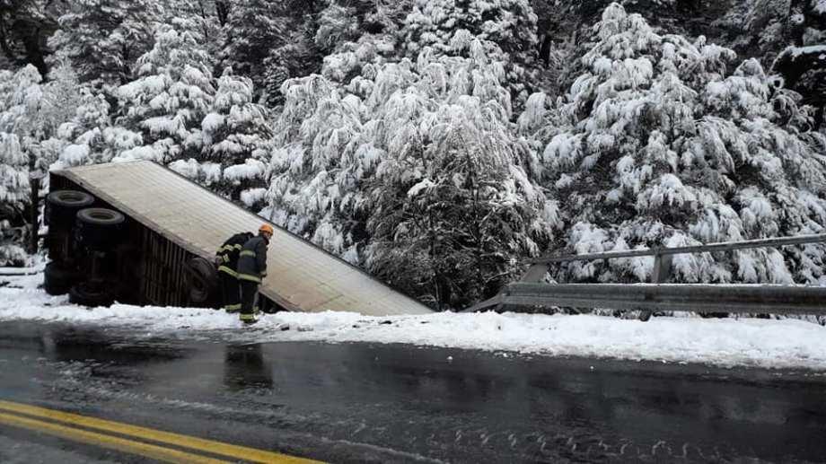 El camión cayó por el puente Pereyra II. Foto: gentileza Bomberos Voluntarios.