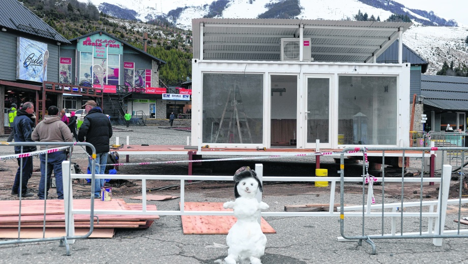Un muñeco de nieve se derrite y da la bienvenida a los turistas. Detrás, múltiples acciones para la puesta a punto comercial. Foto: gentileza