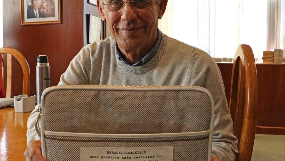 El intendente posó con un portanotebook diseñado por Ornella.