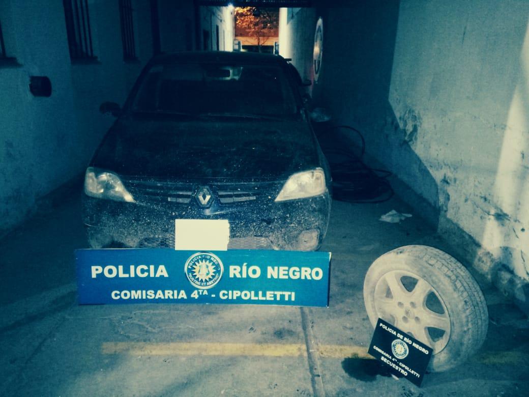 Lo atraparon en el momento justo que robaba las ruedas de un auto en Cipolletti