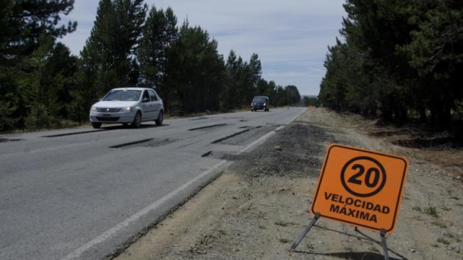 La ruta provincial 80 que conduce al aeropuerto de Bariloche será repavimentada. Foto Archivo