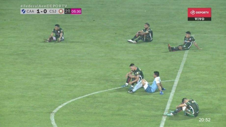 Los futbolistas de San Jorge se sentaron en la cancha antes de retirarse.