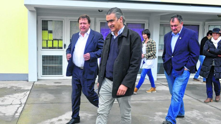 Weretilneck con el ministro Valeri y el intendente Gennuso en una reciente recorrida. Foto: archivo