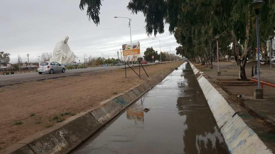 El canal chico es donde escurre el agua que inunda la calle Salta. Foto Andrea Vazquez