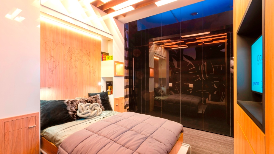 La cama desplegada y un ambiente suntuoso para la noche. Las puertas corredizas del fondo ocultan la mini cocina.