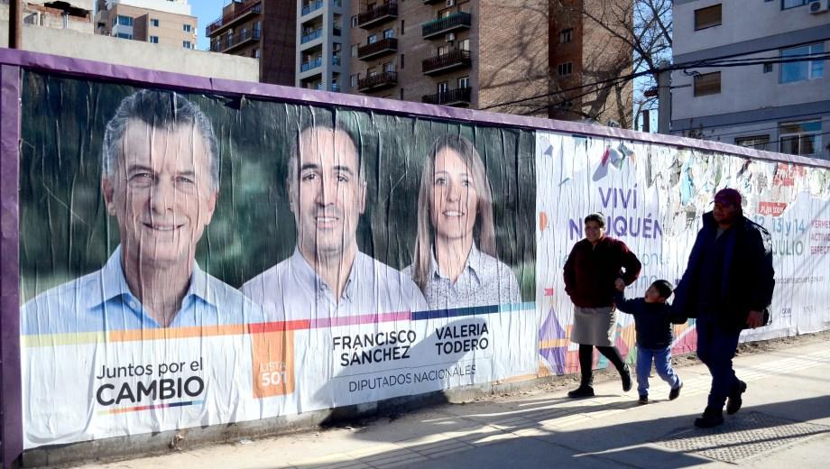 La cartelería también empezó a copar las calles de Neuquén. (Foto: archivo)