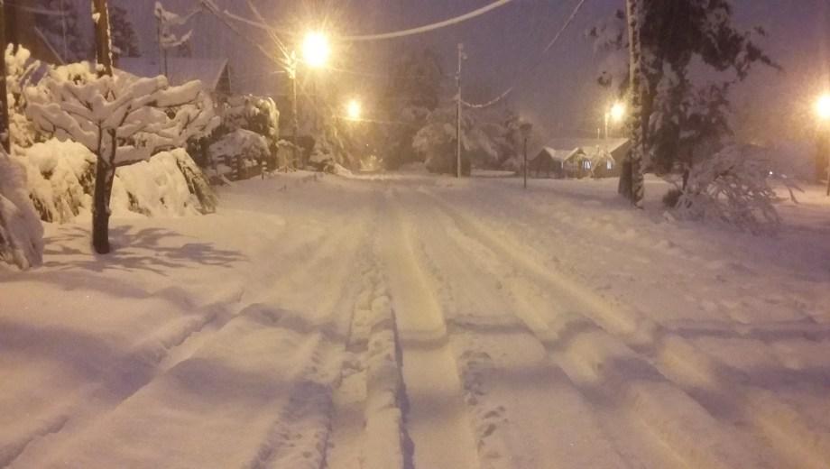 Las calles de Bariloche amanecieron completamente cubiertas de nieve.