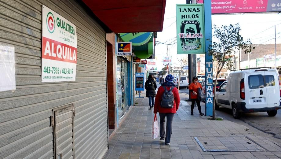 Un 12% de los comercios del centro neuquino están cerrados. (Foto: Mauro Pérez..)