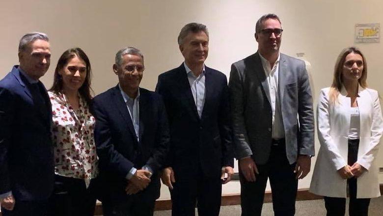 La senadora junto a sus nuevos aliados políticos, en la reunión de Parque Norte. (Foto: gentileza)