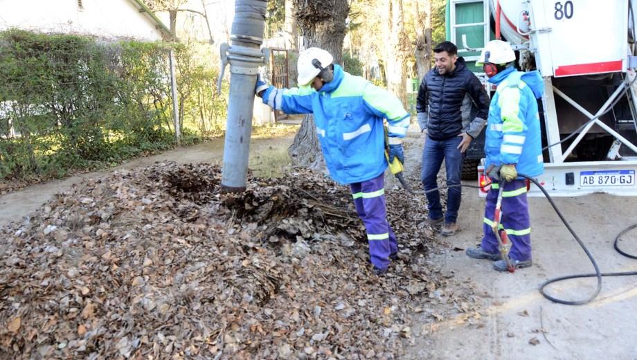 El subsecretario de Limpieza Urbana Cristina Haspert muestra cómo se usó el equipo para aspirar hojas. Foto Municipalidad de Neuquén