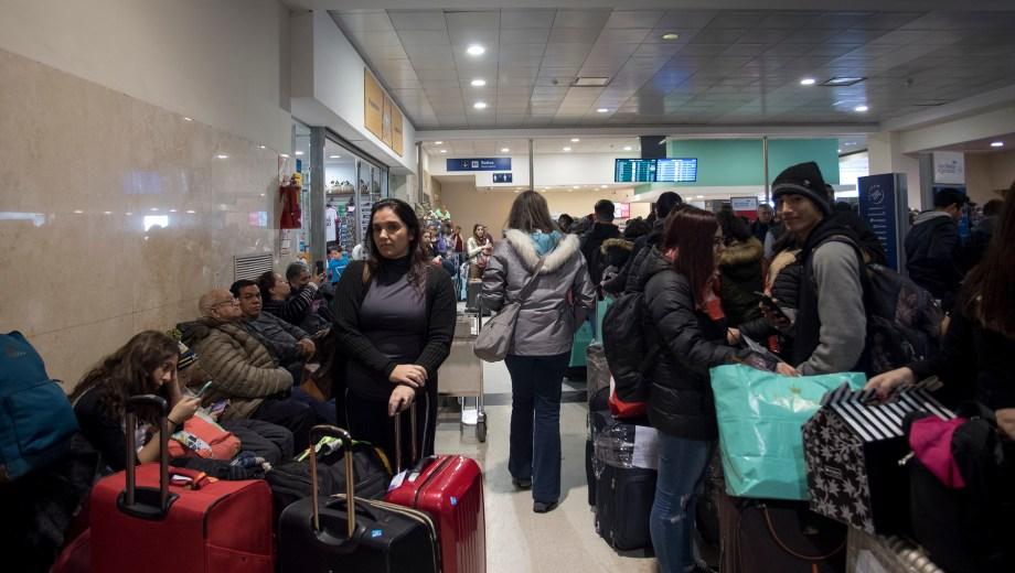 Colapso en el aeropuerto luego de la reapertura del aeropuerto de Bariloche. Foto: Marcelo Martínez